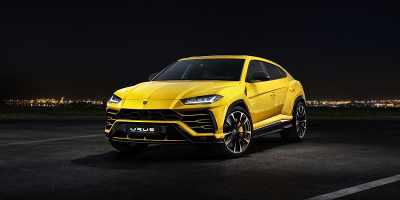 Lamborghini Urus versión amarilla con la ciudad al fondo.