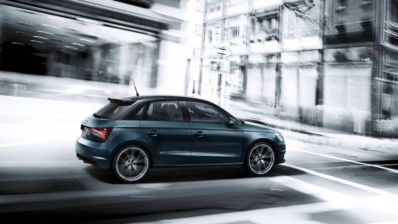 Audi ai sportback. de nuevo en marcha en un fondo blanco y negro de ciudad