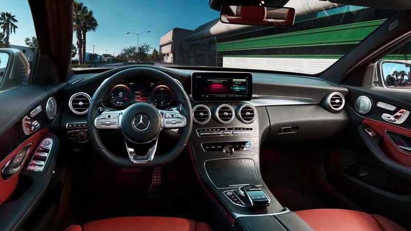interior de un modelo de Mercedes con asientos de color rojo