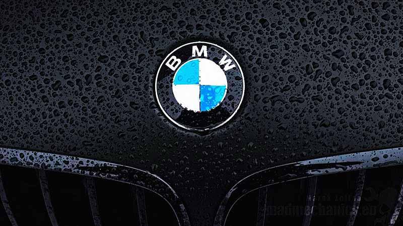 plano detalle del logotipo de BMW con gotas encima