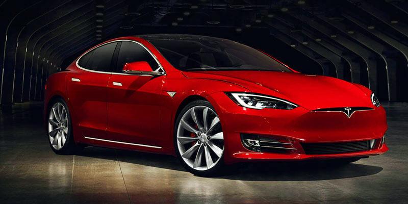 un vehículo rojo de Tesla aparcado en una nave
