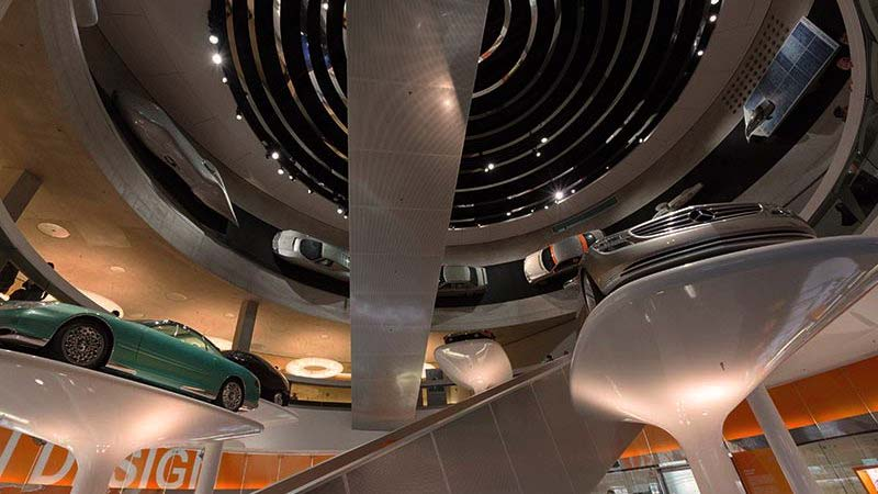 parte de un museo de Mercedes con diferentes tipos de modelos en exposición