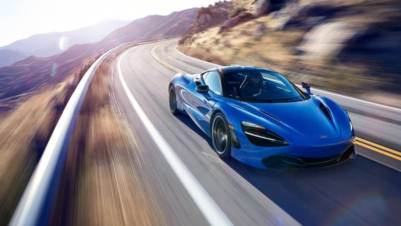 McLaren 600LT en azul en una carretera de montaña