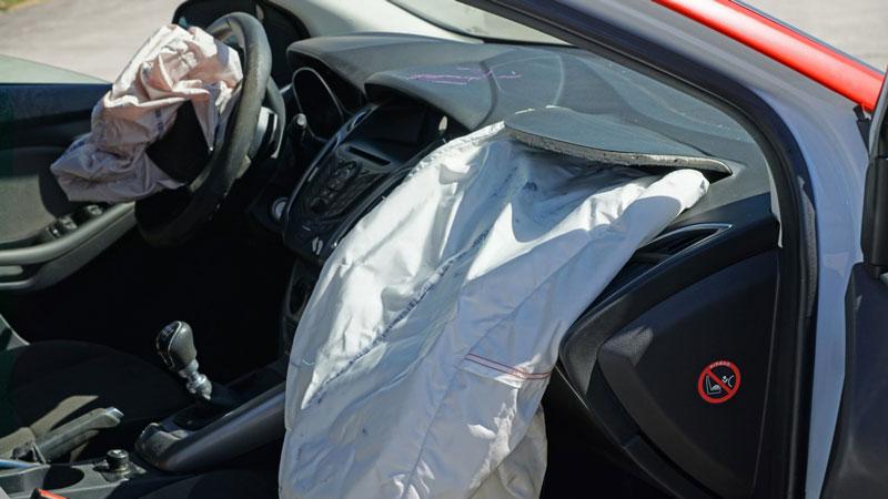 Airbags que han saltado en un coche