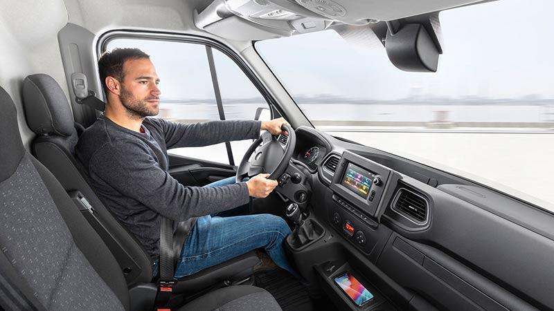 Interior del Opel Movano con un hombre dentro conduciendo