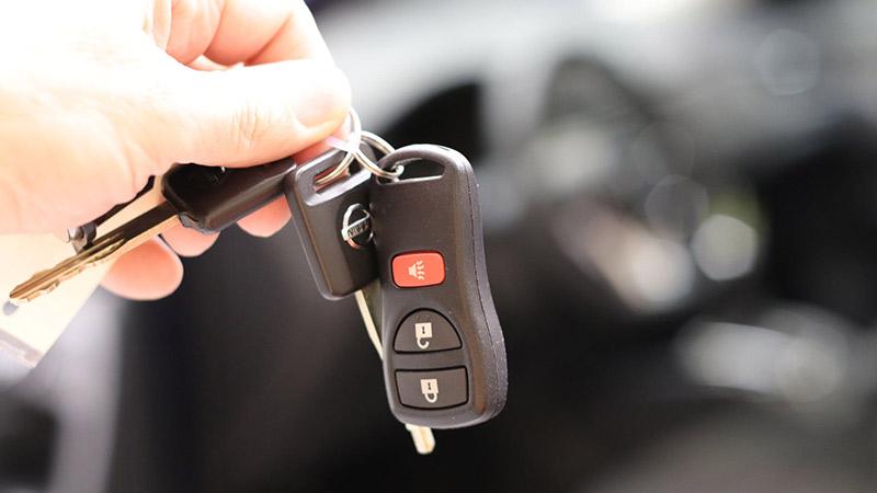 Persona dando llaves de un coche a otra persona