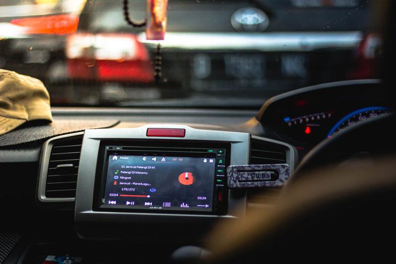 Coche con autoradio-autorradios