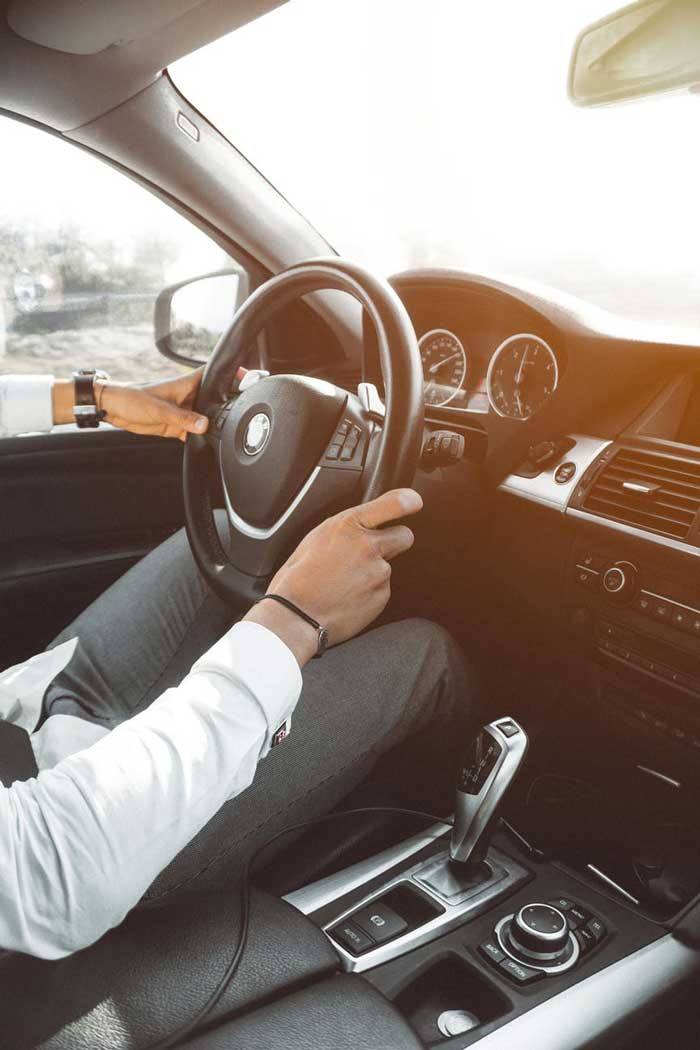 Un hombre conduciendo un coche.