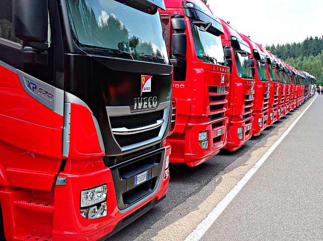 Camiones rojos IVECO alineados