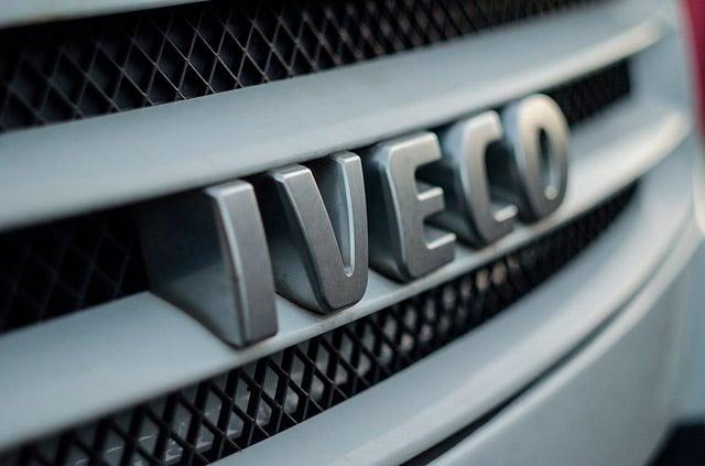Logo IVECO en la delantera del camion