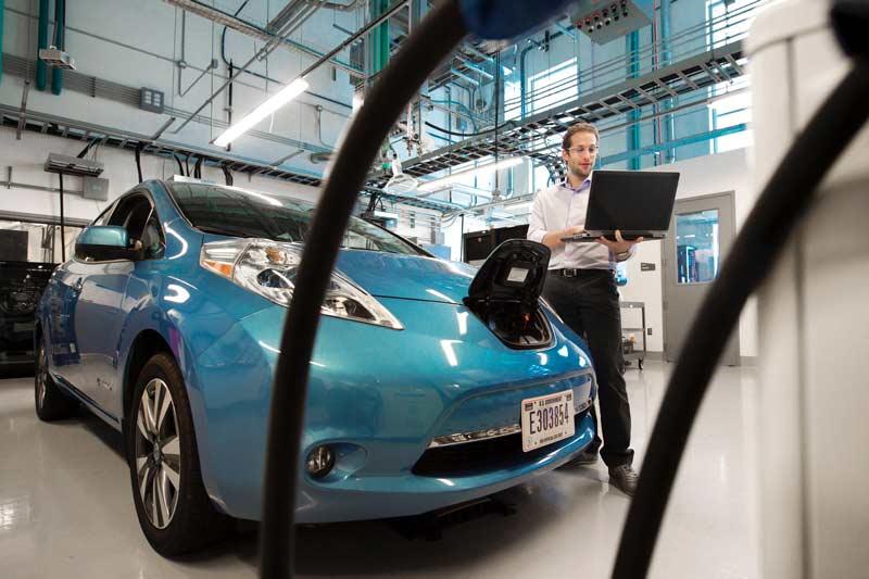 Revisión de un coche eléctrico azul en un taller